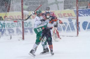 Mars 2010. Så här såg det ut när Olov Englund, här i duell med Bollnäs Ville Aaltonen, vann sitt första SM-guld av två. Det var också Hammarbys första guld i bandyhistorien. Bild: Sören Andersson / Scanpix
