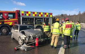 Totalt fördes två män, båda i 70-årsåldern, till akuten med ambulans efter olyckan. Den ene mannens liv gick inte att rädda.