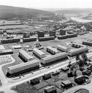 1970 såg området ut så här. Bakom höghusen går den nuvarande genomfartsleden.