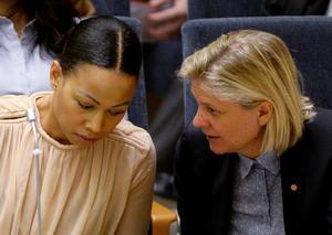 Alice Bah Kuhnke (MP) och Magdalena Andersson (S), skrev i januari i fjol att de vill sänka digitalmomsen. Sedan dess har det varit tyst, skriver 37 av landets ledande mediechefer. Foto: Jessica Gow/TT