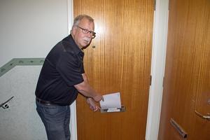 Den här brevlådan är inte för trög.  Jan-Ove Ericsson är upprörd över att Postnord planerar att sluta dela ut post på Åsgatan.