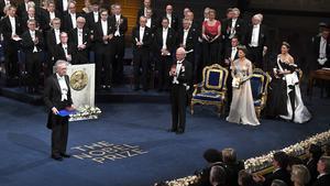 Den kritiserade författaren Peter Handke tar emot sitt Nobelpris i litteratur för 2019 av kung Carl Gustaf vid Nobelprisutdelningen i Konserthuset i Stockholm. Foto: Claudio Bresciani / TT