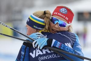 IFK Moras Lina Rydén kramar om värsta konkurrenten Elin Näslund från Vårby IK i Örnskäldsvik efter segern på 5 kilometer fritt i lördags. Näslund fick sin revansch i söndagens sprint.