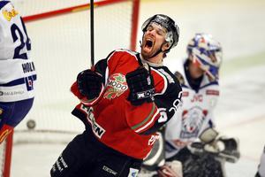 Micke Pettersson har just gjort 2–0 för Modo  mot Linköping i den fjärde finalen.