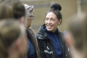 På torsdagsträningen överraskades Emma Westlund och fick ta emot priset som årets tränare.