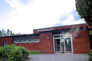 Nu kan äntligen renoveringen av Ekängsbadet påbörjas. Men skolans elever lär få bussas till simundervisning på annan ort under kommande hösttermin också.