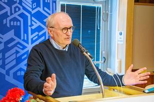 Sätt fokus på åtgärderna, inte på almanackan, uppmanade Lars-Erik Olofsson (KD), som författat interpellationen som blev föremål för debatten. Lars-Erik Olofsson, själv  läkare på Östersunds sjukhus, varnade för ett framtida kaos i sommar om majoritetens förslag gick igenom.