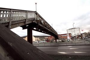 Träbron över Rudbecksgatan vid Tybble i Örebro har väckt olika känslor ända sedan den restes för snart 20 år sedan.