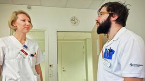 Underläkaren Ted Kai-Larsen fick vänta 22 månader på sin AT-tjänstgöring vid Västmanlands sjukhus. Här i samspråk med kollegan Lisa Svedjer.