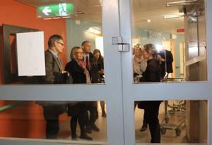 Irene Svenonius eskorterades vid besöket på sjukhuset av Bino Drummond, oppositionsråd (M) Norrtälje, Lotta Lindblad Söderman (M) landstingsfullmäktige. Vd Peter Graf och Efva Lagerstedt, vice vd och verksamhetschef för sjukhuset och primärvården.
