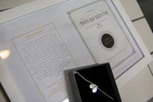 Priset som ska delas ut årligen till en medlem i klubben består av ett handgjort silversmycke som är särskilt designat till minne av Tova Moberg.