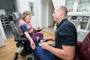 """Berit Bulkin får sitt blodtryck taget av sjuksköterskan Jon Westerberg. """"Den här hjälpen som jag har fått, den önskar jag att många andra fick."""""""