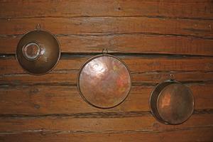 I delar av huset har Rigmor och Sten frilagt timmerväggen.