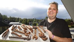 Kenth Asplund med ett urval av sina chokladverktyg, som är så verklighetstrogna så att folk tar dem för riktiga.