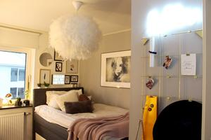 Claras rum är ljust med skira detaljer av guld och fjädrar.
