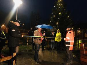 Med paraply som skydd klipptes bandet på Sköllersta torg. Höll i saxen gjorde Conny Larsson(S).