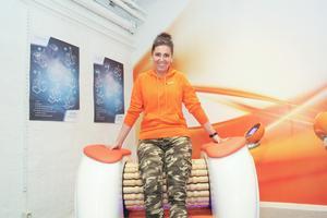 Träningen vid här maskinen sätter fart på celluliterna,  berättar Agnes Winqvist.