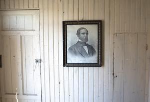Baptisternas grundare i Sverige , Anders Wiberg, föddes i den gård som nu ägs av Håkan Weideberg . Pastorns porträtt hänger på en vägg i farstun.