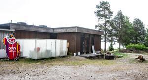 Strax intill det stängda restaurangköket står dunkar med frityrolja. Trasiga staket, rishögar och en omkullvält grill möter besökarna.