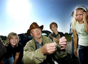 Marcus Bergstrand, Stebastian Dellskog Lundgren och Lovisa Delleskog Lundgren besökte Kjell Wallin sommaren 2006 och försökte se om fågeln som Kjell håller i är tjock eller inte.
