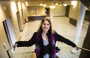 Skådespelaren Gisela Nilsson på Teater Västernorrland i trappan som ledar upp till scen två i den ombyggda Konsertteatern, som är en del av det nya teaterkvarteret. I Teaterfoajén har taket höjts och de renoverade fönstren med ljusinsläpp gör att rummet upplevs större.
