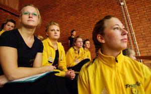 Tjejerna från Brunflo gymnastikförening är väldigt fokuserade där de väntar på sin tur på läktaren, tränaren Malin Dahlgren, Tina Dahlgren och Alexandra Lundberg.