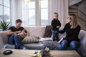 Per Arnlund, Camilla Englund och sönerna Valter 2,5 år och Gustav, 6 månader, bor i huset på Sara Lisas väg.