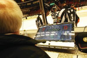 En Mac-dator utgör det tredje klocksystemet i arenan. Foto: GUN WIGH