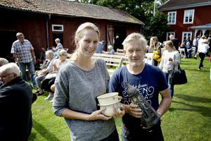 Diana T och Tommy Larsson har köpt en emaljpotta och emaljkruka till sommarstugan. Lyktan är till hemmet.