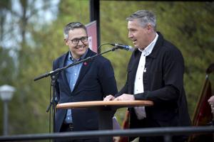 """Johan Danielsson, till vänster, betraktade Ludvikaborna som riktiga Sverigevänner medan Lars Isacsson under jubel och applåder utnämnde Ludvikaborna till """"de stora hjältarna""""."""