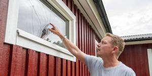 """Andreas Nyqvist från Arboga alpina pekar där glaset spruckit. """"Det återfanns en pinne intill fönster, kanske har den använts för att göra hålen, eller något annat. Det är polisanmält"""", säger Andreas Nyquist."""