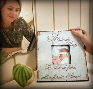 Alltid älskad. I hemmet i Själevad finns små minnessaker, bland annat det här fotot. Foto: Camilla Westman