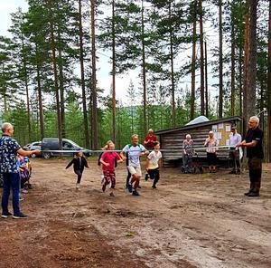 Här springer Maj-Lis Wikström och några av barnen genom banden för att inviga Motionscentret. Fotograf: Maj-Lis Wikström