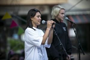 Angeline Nyberg och Sam Lindkvist uppträdde med en duett.
