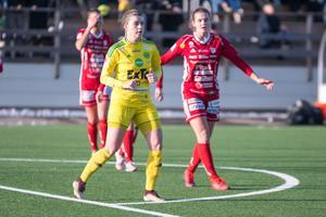 Jonnah Tönners inledde den här säsongen med att spela i svenska cupen med Ljusdal, här i ett möte med svenska mästarlaget Piteå.