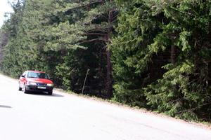 Strax därpå fotograderades också Anders Eklunds röda Saab 900 och blev den avgörande pusselbiten som skulle komma att lösa två mord. Bild: Polisens förundersökning.