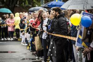 Trots regnigt väder hade en stor skala människor samlats i publiken för att se sina nära och kära springa ut.