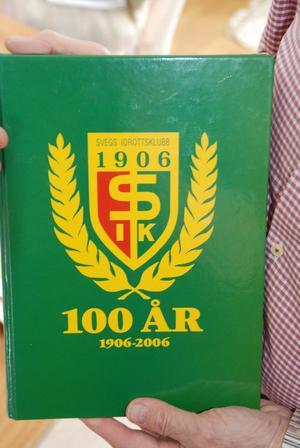 """Den stora jubileumsboken till Svegs IK:s 100-årsjubileum, som """"Tisdagsklubben"""" arbetade fram, med Göran som skrivare."""