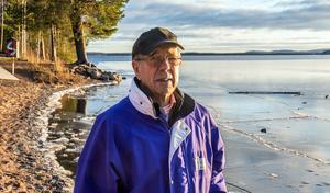 Vid Roxnäs udde har den tunna isen blåst sönder och bildat flak. I höjd med Birger Anderssons kepa syns öppet vatten.