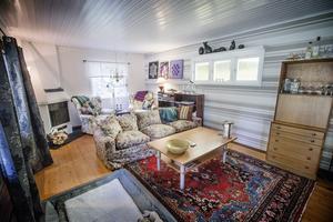 Vardagsrummet i sommarstugan där möbler från olika åldrar samsas.