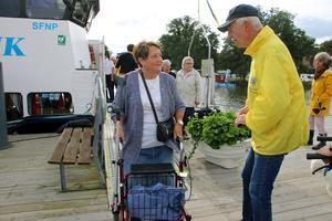 Väl i land språkade Elisabeth Åhlund ett par ord med Göran Lundén från Lions club Askersund som arrangerade resan tillsammans med Askersunds kommun och M/S Wettervik.