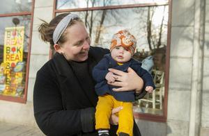 Britta med mamma Lovisa Larsson, 25, år, föräldraledig, Klingsta