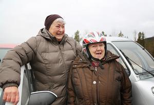 Det gäller att vara kompisar ute på vägarna. Vi visar hänsyn och då ska alla andra också göra det när vi är ute och åker. Svägerskorna Kerstin och Siv Gradin i Vemdalen köpte sig en varsin mopedbil.