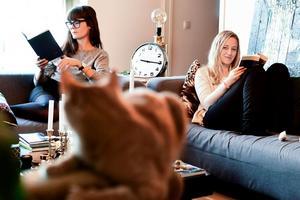 Sophia Magasanik och Emilia Söelund (och katten Findus i förgrunden) under experimentet.