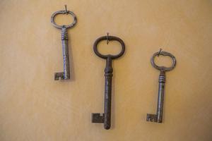 En symbolisk väggdekoration i frukostmatsalen hos RSMH i Backe: nycklar som erbjuder en väg ut i, och in i, livet.