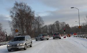 Under tiden arbetena pågick med bron reglerades trafiken med trafiksignaler.