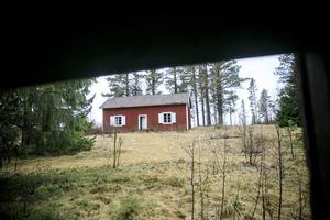 Det så kallade Boströmstorpet på Aspås församlings domäner. Alldeles intill gamla Lundsjövägen vid ödebyn Kallkällan. I det här torpet utspelade sig ett tragiskt drama med dödlig utgång julen 1897.