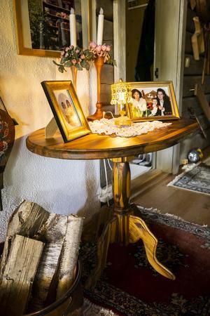 En favoritmöbel i huset gjord av stockar som Bernt hittade i sjön Tron, stockar som måste vara från fäbodtiden.