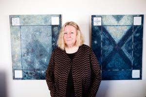 Berit Pettersson vid sin sista utställningen i livet, på Kaz Galleri 2012.