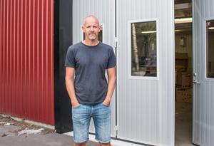 Anders har nyligen flyttat verksamheten till en ny lokal. Här sitter han bland annat och skulpterar samt tar hit skådisar för avgjutningar när det behövs.